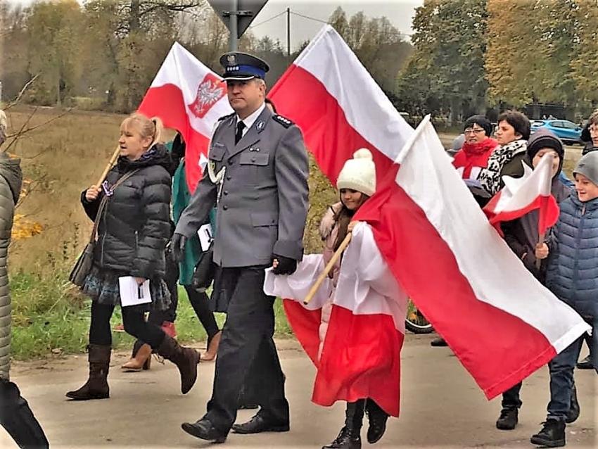 Mikoszewo. Mieszkańcy świętowali 101. rocznicę odzyskania przez Polskę niepodległości.