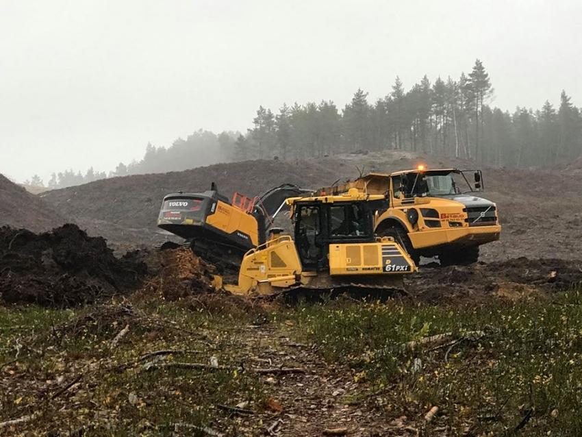 Przekop Mierzei Wiślanej. Rozpoczęły się prace. Na teren budowy wjechał ciężki sprzęt.