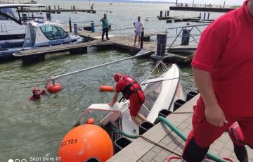 Krynica Morska. Przy jednym z nabrzeży zatonęła łódź motorowa.